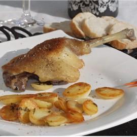 Confit de canard cuisiné à la graisse. Recette traditionnelle. Origine France