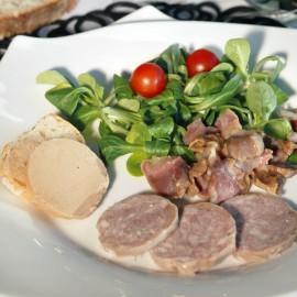 Bloc de foie gras de canard avec 30% de morceaux Origine France Fabrication artisanale sur assiette de salade aveyronnaise